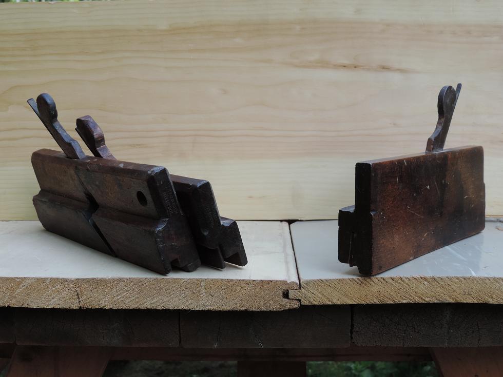 Détail de l'assemblage et les trois rabots utilisés (à gauche une paire de bouvets, dont un servait à faire la rainure et l'autre la languette et à droite le rabot à baguette).