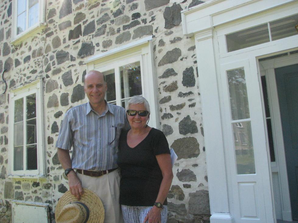 Les nouveaux propriétaires Gilles Marchand et Denise Gouin, devant le Manoir Baby-Méthot. Photo : Chantal Beauregard.