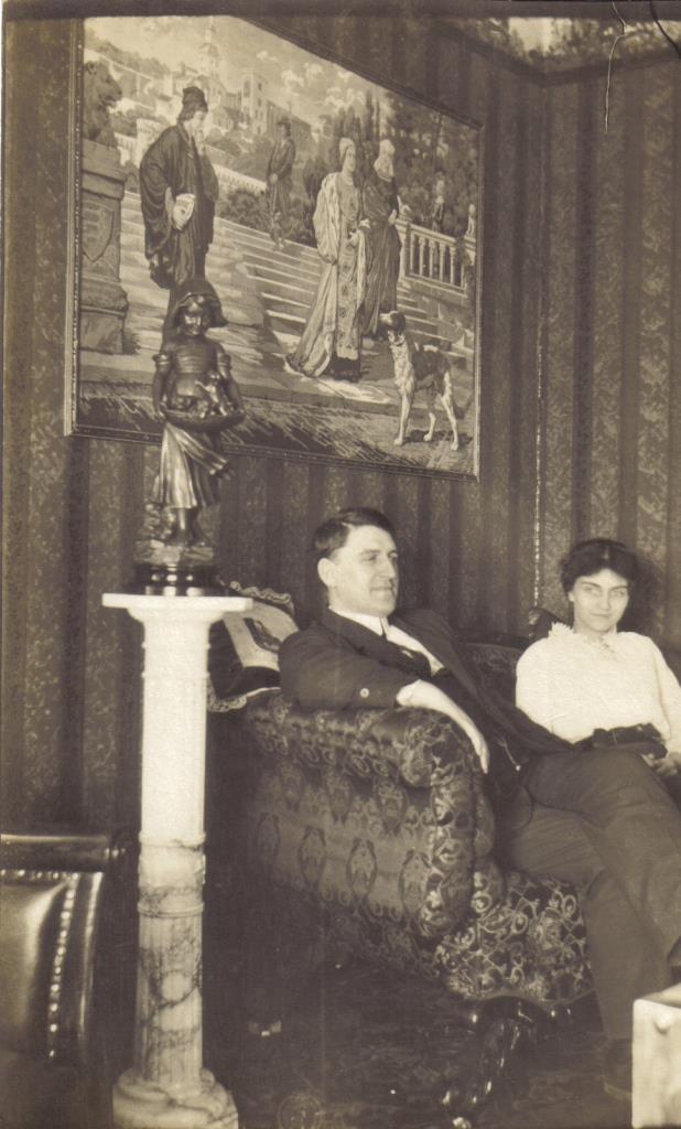 Mme Augustine Luneau-Baril et son époux P. Rodolphe Baril dans le salon de leur résidence à Warwick (vers 1925).