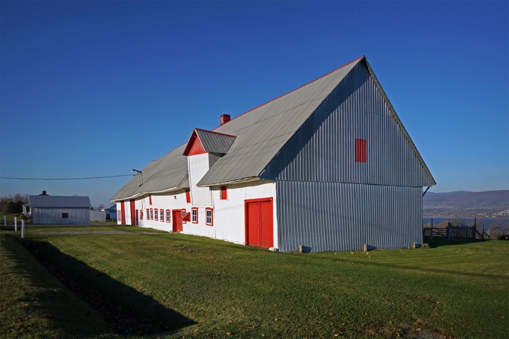 Une grange longue québécoise : architecture vernaculaire caractéristique à la fin de sa route. Photo : Arthur Plumpton.
