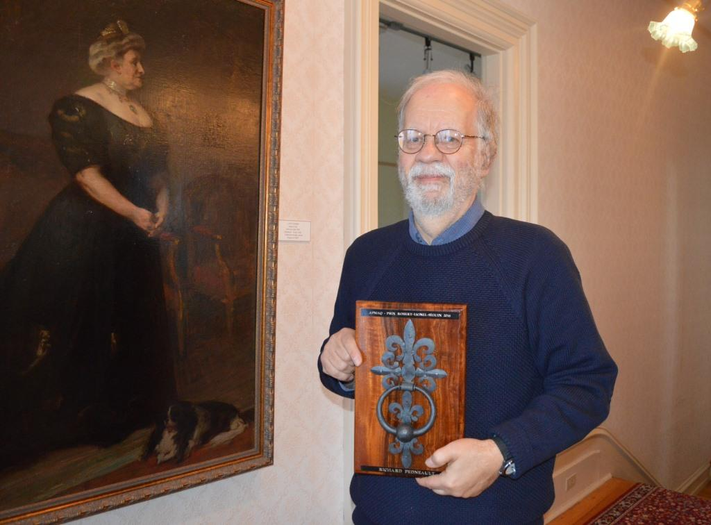 Richard Pedneault, lauréat du prix Robert-Lionel-Séguin, sous le regard de Lady Laurier peinte par Suzor-Côté, dans le Musée Laurier de Victoriaville. Crédit photo : Manon Toupin, gracieuseté de www.lanouvelle.net.
