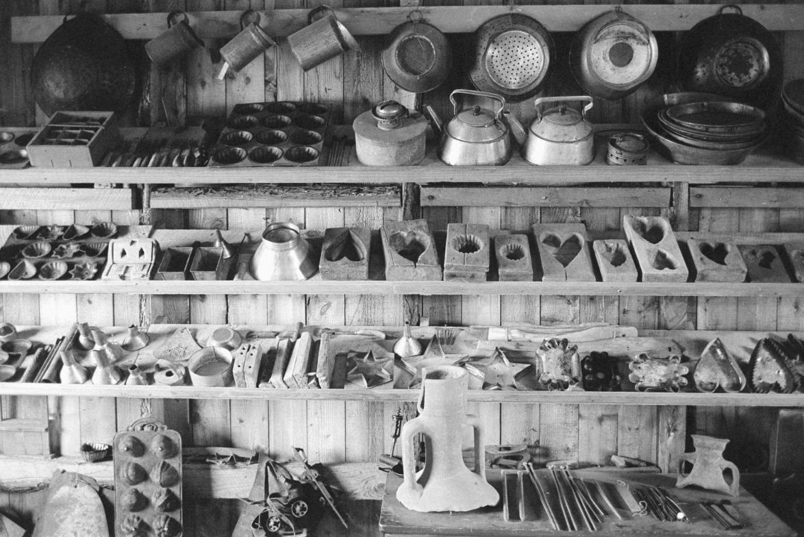 Quelques objets de la collection Robert-Lionel Séguin. (Gabor Szilasi, Reportage chez Robert Lionel Séguin, ethnologue, Rigaud (1970), Fonds du Ministère de la Culture, des Communications et de la Condition féminine, Office du film du Québec.)