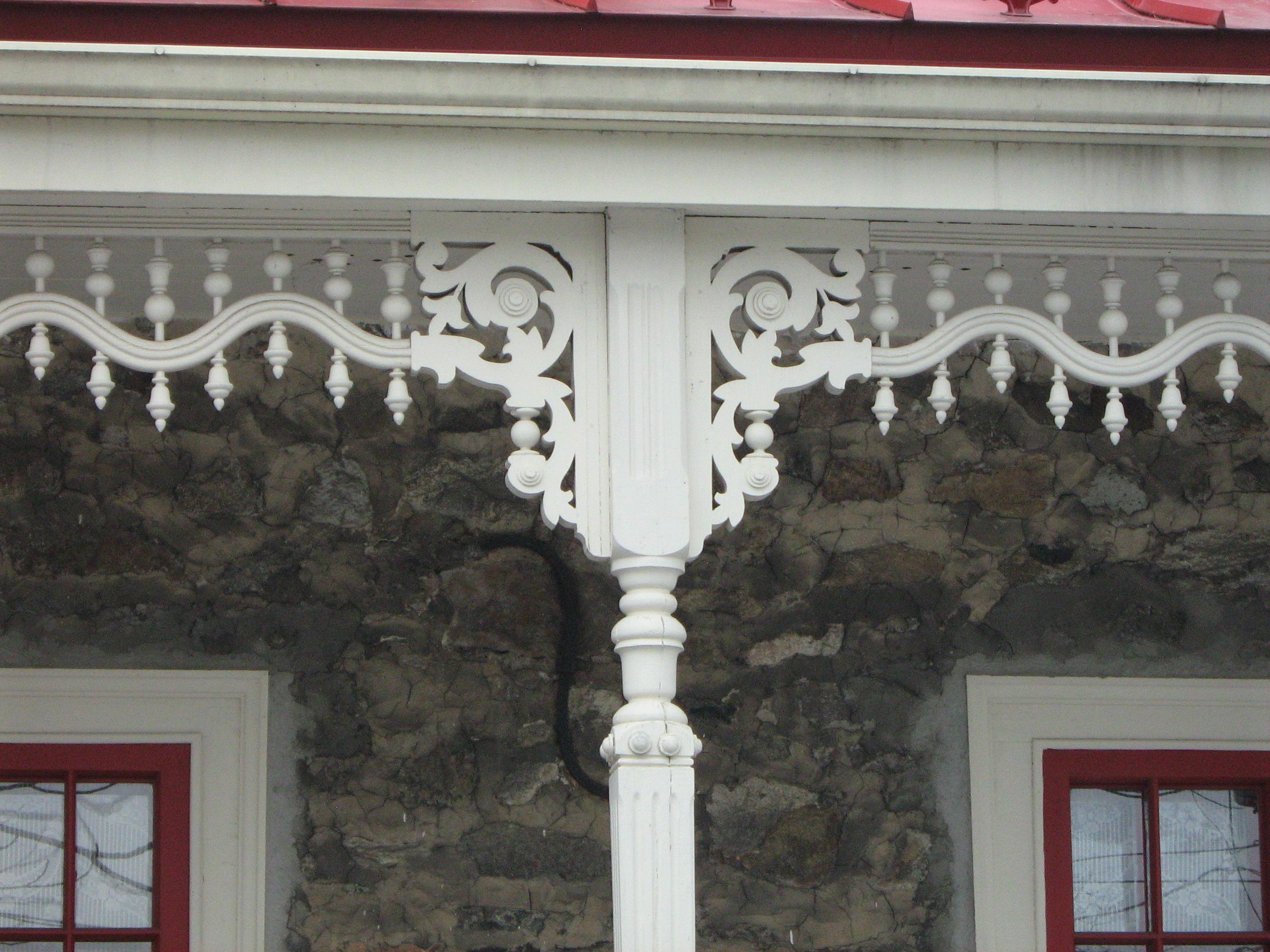 Aisseliers et boiseries décoratives ornant la galerie de la façade avant.