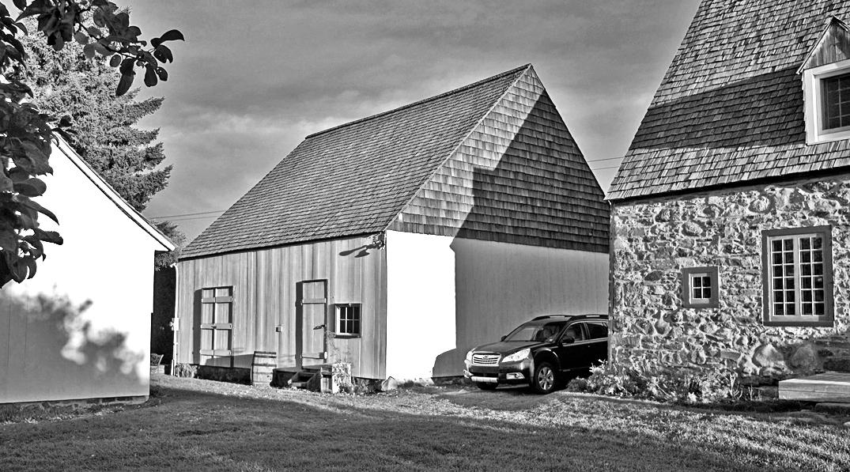Restauration d'une remise de ferme de la fin XVIIIe siècle à Île d'Orléans transformé en atelier/galerie d'art. Photo : Arthur Plumpton.