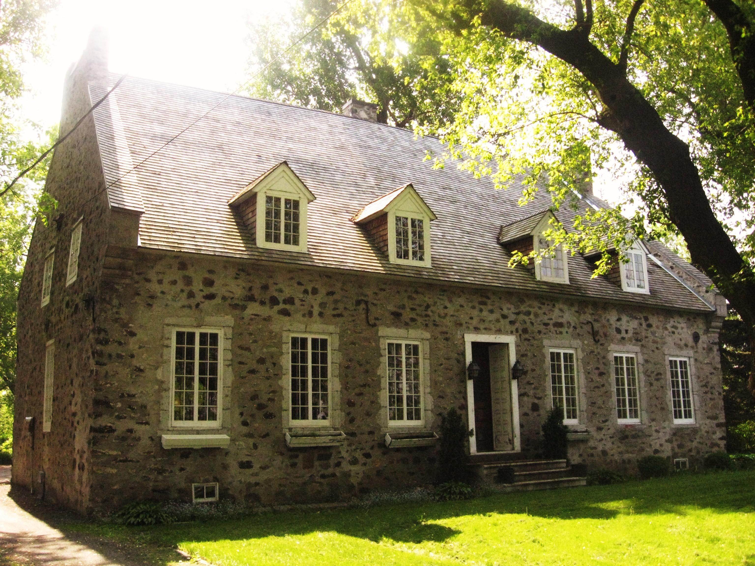 Le manoir François-Pierre Boucher (Boucherville), dont l'analyse a indiqué trois phases de construction: 1741 à 1742, 1753 à 1755 et 1793 à 1794.