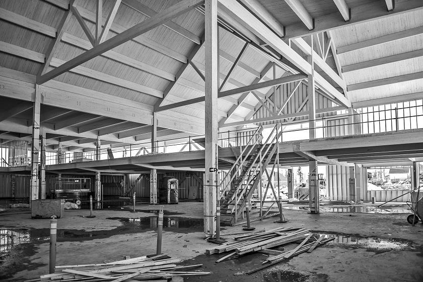 Une épicerie moderne munie de charpente traditionnelle fermes-pannes et parements en bois – un modèle d'intervention pour les nouveaux bâtiments de ferme? Photo grâce à Nordic Structures, Stéfane Groleau.
