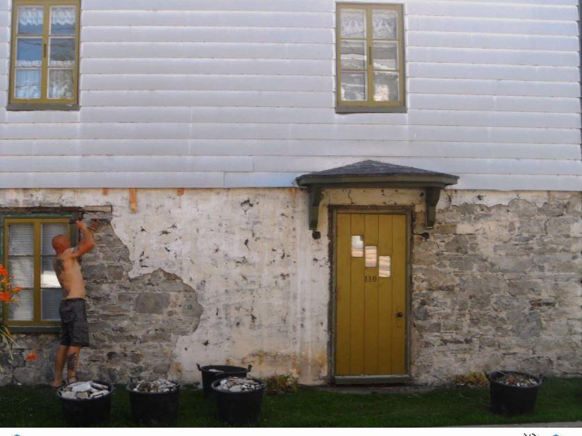 Mathias Hoffman s'attaque au vieux revêtement du mur du côté est.