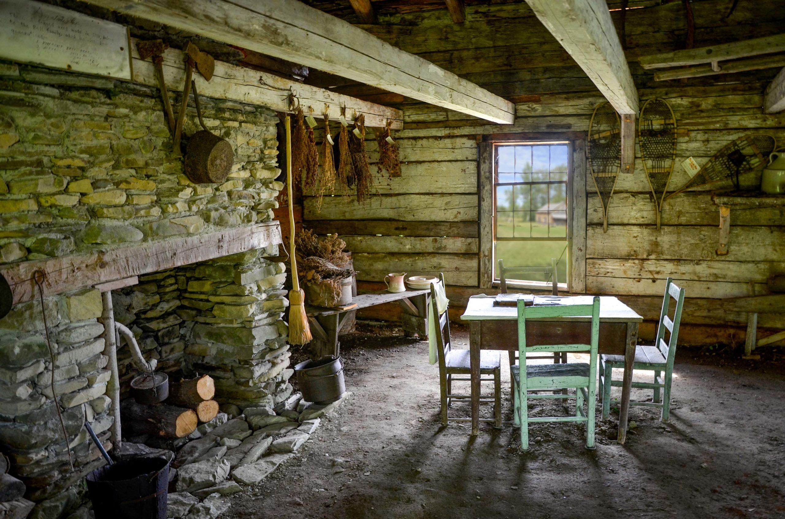 Intérieur de la maison Roy sur terre battue