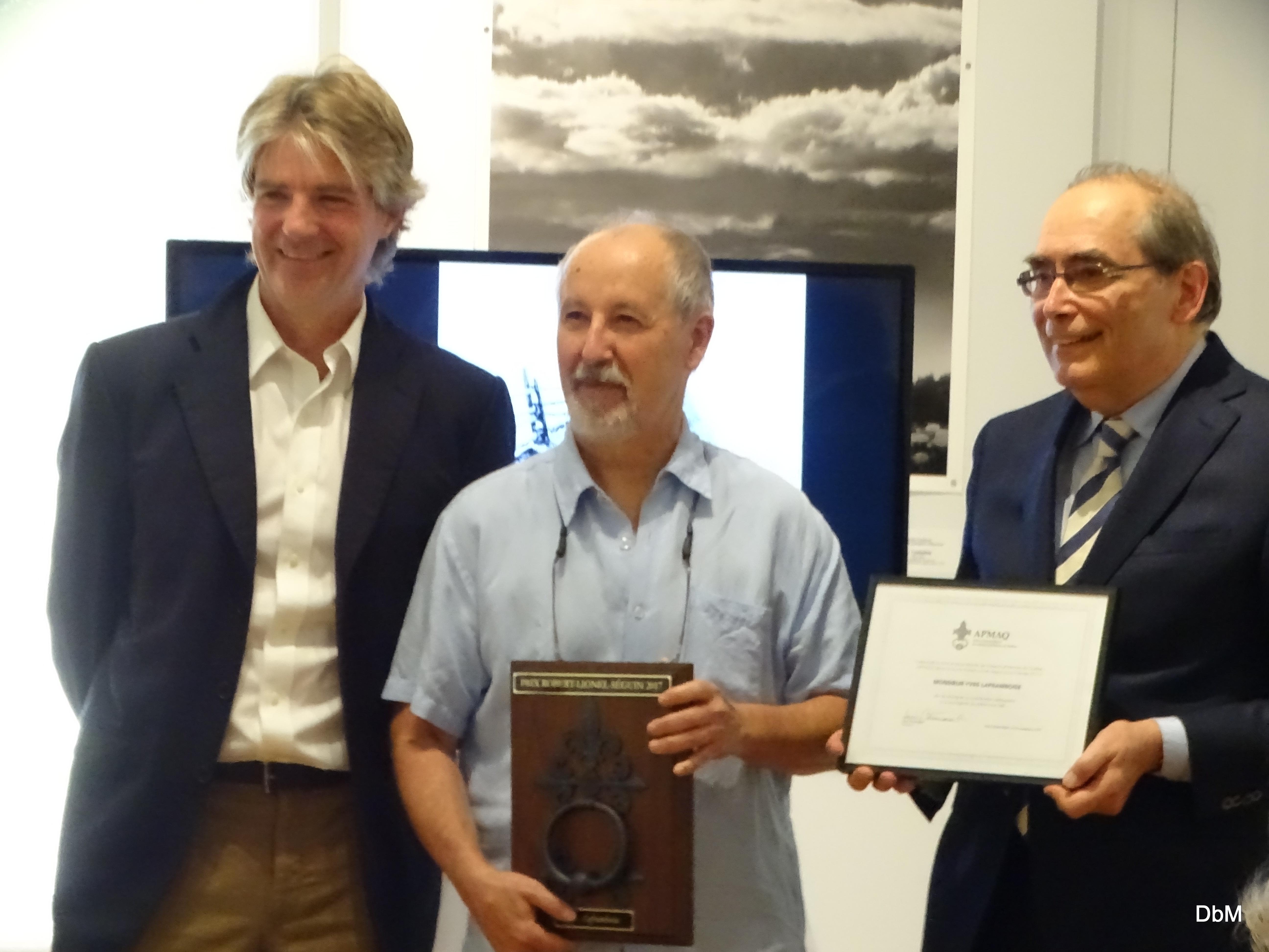 Alexander Reford, directeur des Jardins de Métis, remet le prix Robert-Lionel-Séguin à Yves Laframboise. Crédit photo : Jerry Roy.