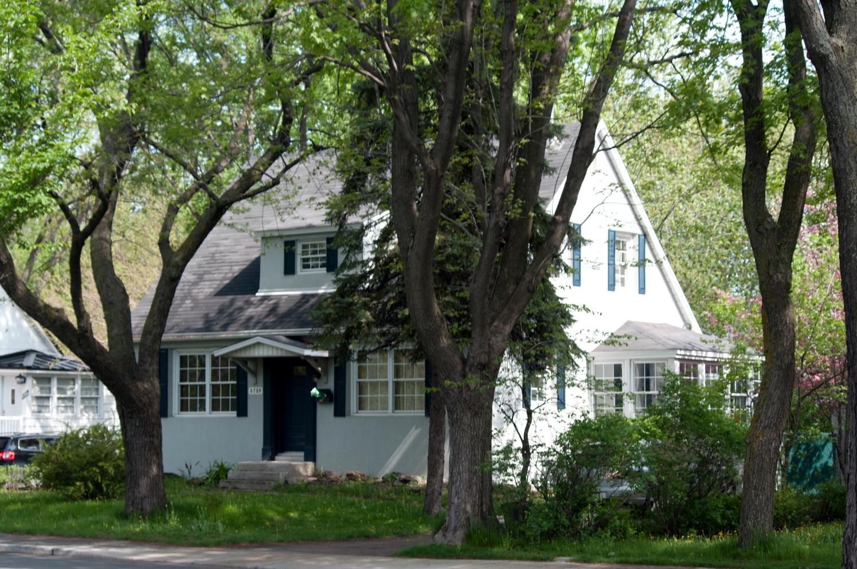 Une maison de la Cité-jardin du Tricentenaire Source : Pierre R. Chantelois. Les beautés de Montréal, https://lesbeautesde montreal.com