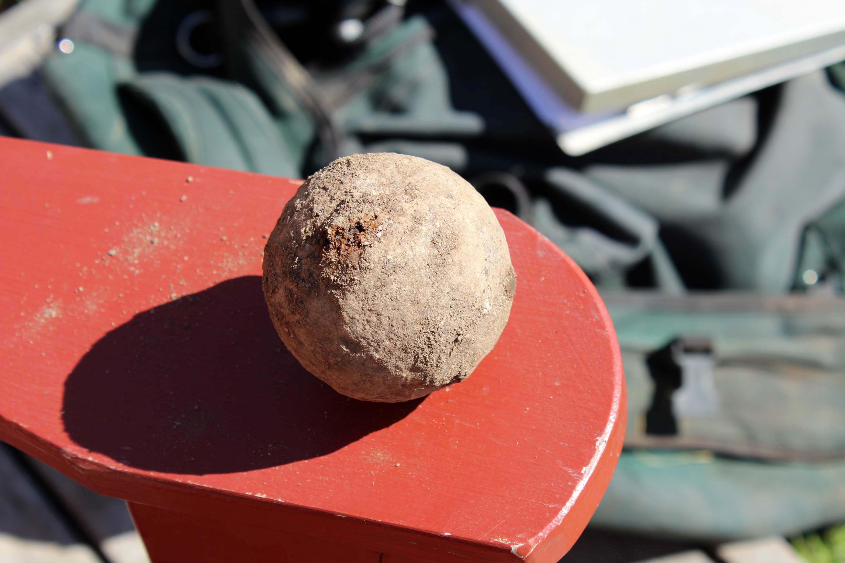 Boulet de canon retrouvé lors des fouilles archéologiques. Crédit photo : Michel Gauthier