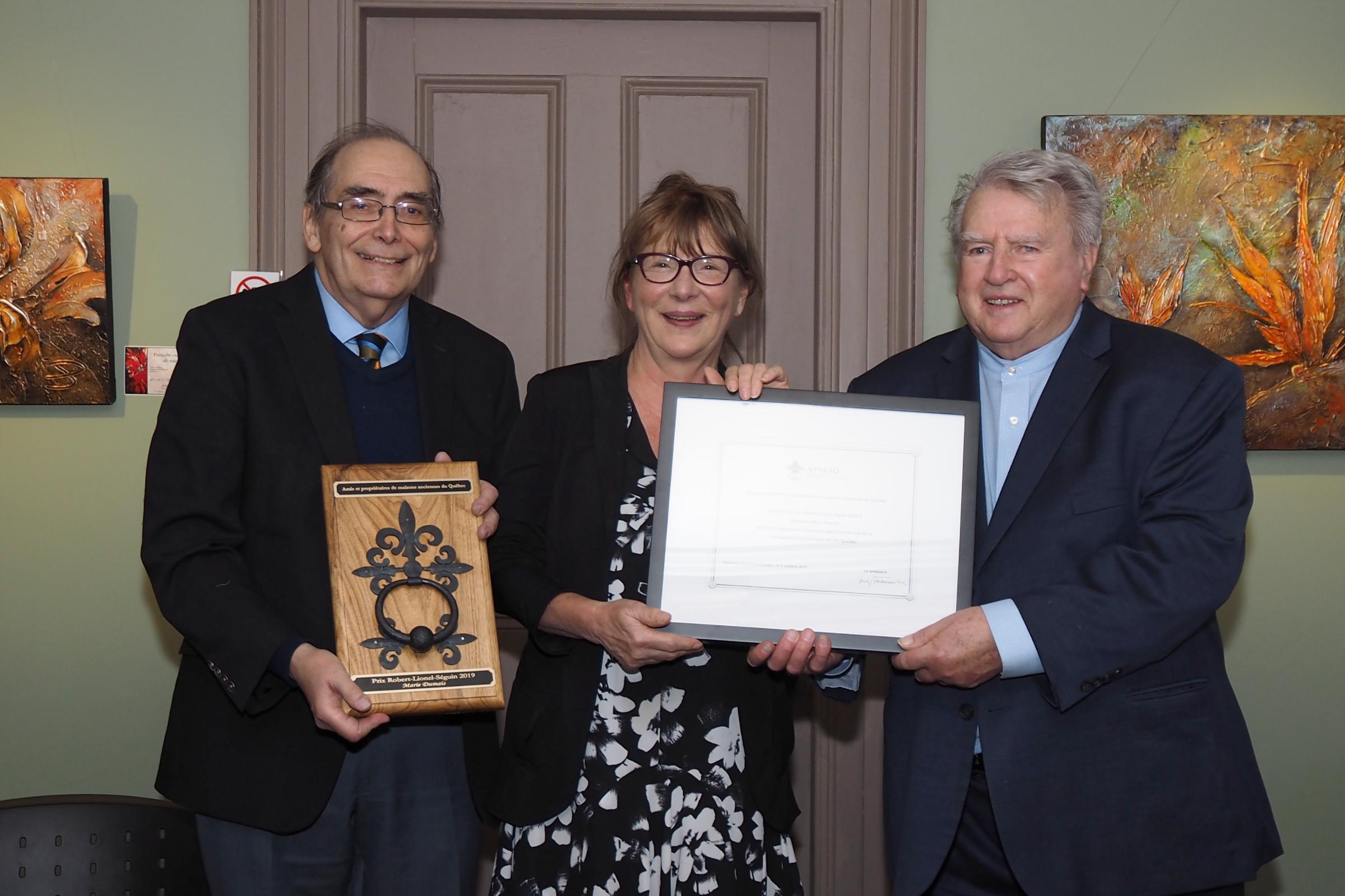 Louis Patenaude, président de l'APMAQ, et Michel Lessard, Prix Robert-Lionel-Séguin 1985, présentent le prix à Marie Dumais © Jerry Roy