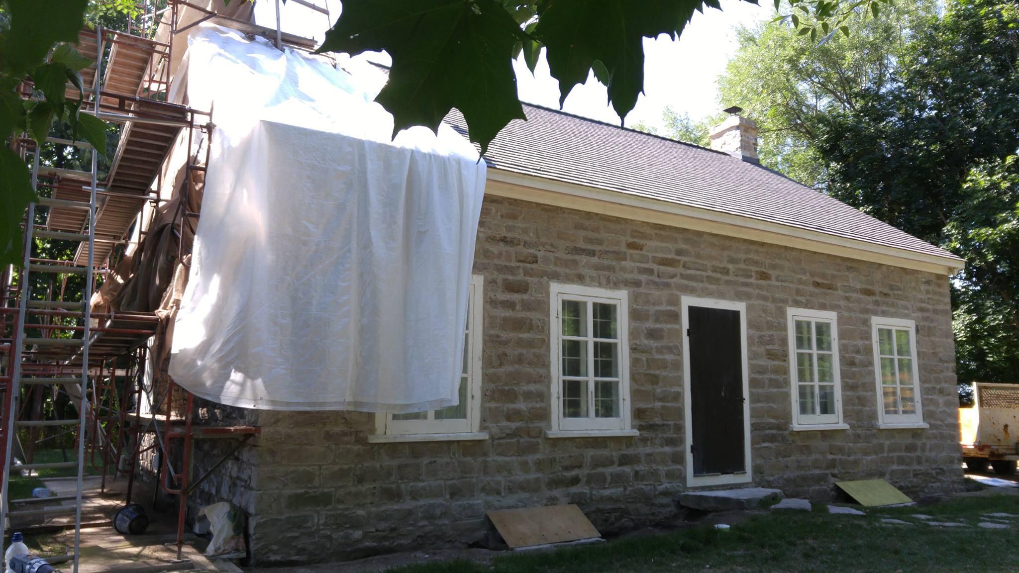 La maison Morison-Howick, près de Châteauguay, est début XIXe. Un rejointoiement complet y est effectué en 2016 par Métiers d'art du bâtiment ARTES inc.