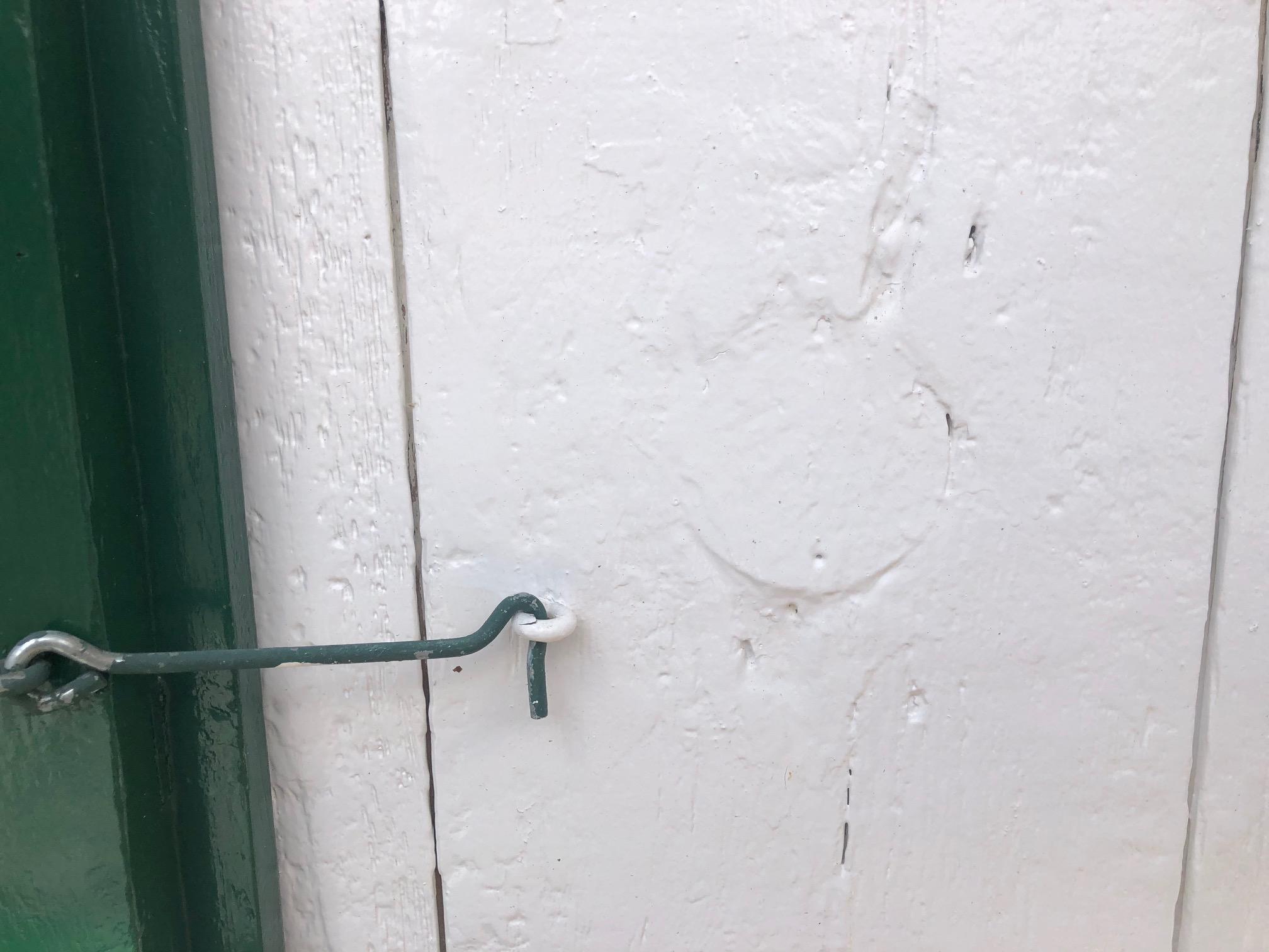 Emplacement de l'orifice extérieur de la sortie du drain de plomb de la pierre d'évier.